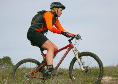 montar en bicicleta en la sierra