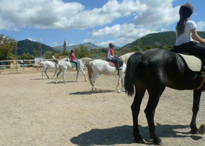 aprendiendo a montar a caballo en la sierra