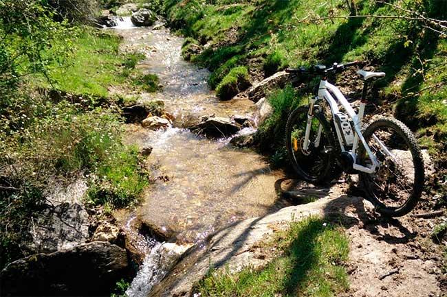 Bicicleta-electrica-en-el-valle-del-lozolla